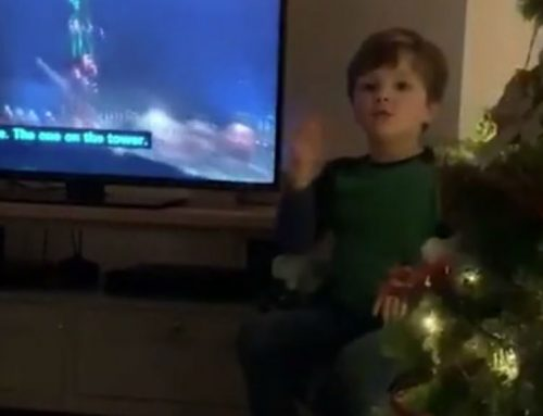 Jelnyelvre fordítja a tv-műsorokat hallássérült szüleinek a 4 éves kisfiú