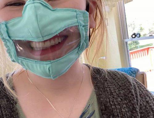 """""""Ablakos"""" arcmaszkokat készít egy egyetemista lány a hallássérültekkel való kommunikáció megkönnyítésére"""