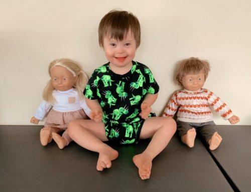 Hasonló a hasonlónak örül – ilyen elképesztő hatást váltott ki a Down-szindrómás játékbaba egy Downos kisfiúnál